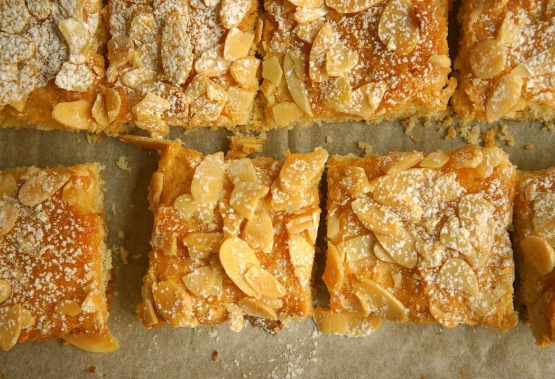 ריבועי שקדים מוכנים עם אבקת סוכר מעל. מתוך מתכון חיתוכיות שקדים בלוג גבישס.