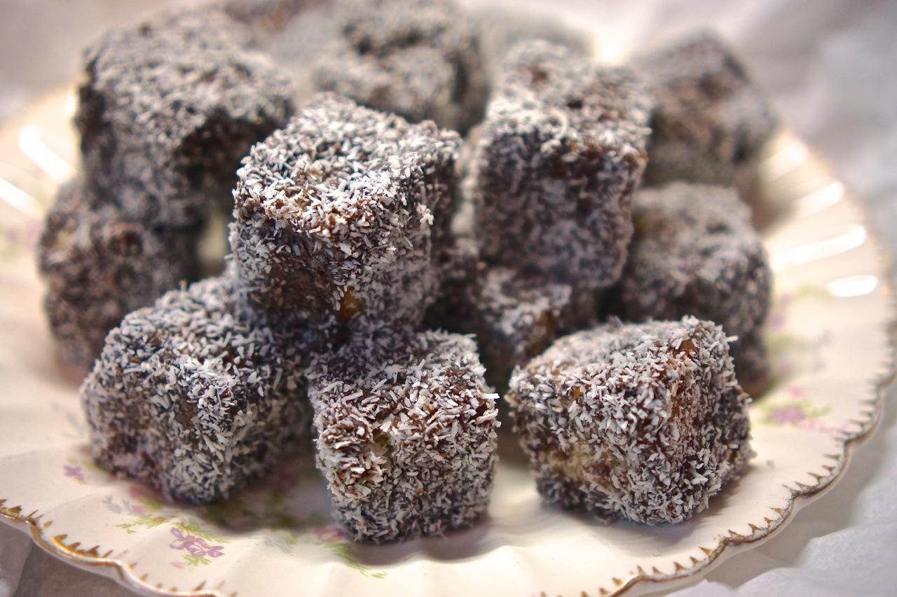 קוביות עוגה מצופות שוקולד וקוקוס - גבישס, בלוג האוכל של מירב גביש