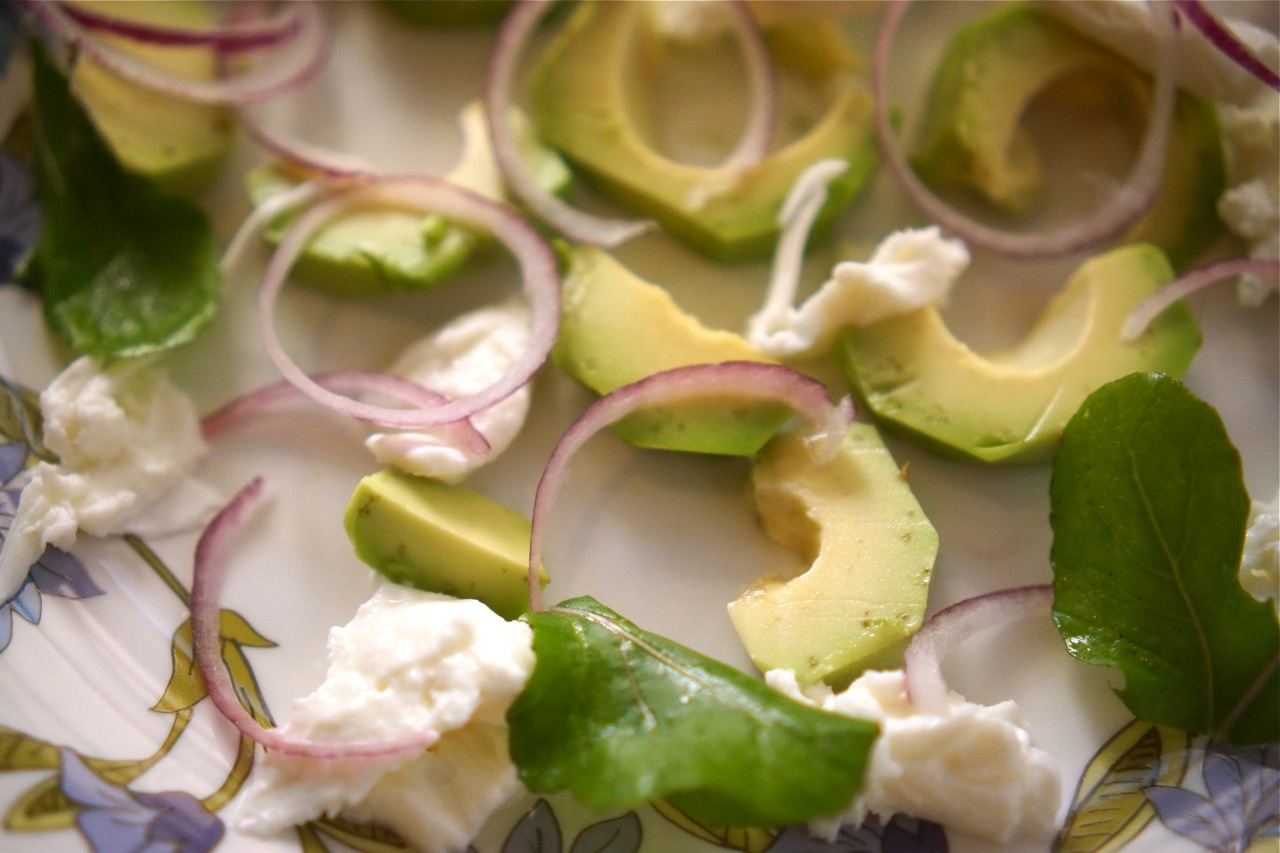 סלט אבוקדו מוצרלה ורוקט, גבישס -בלוג האוכל של מירב גביש