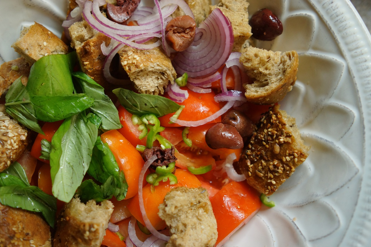 סלט פלאחים, לחם, עגבניות ותוספות, גבישס, בלוג האוכל של מירב גביש