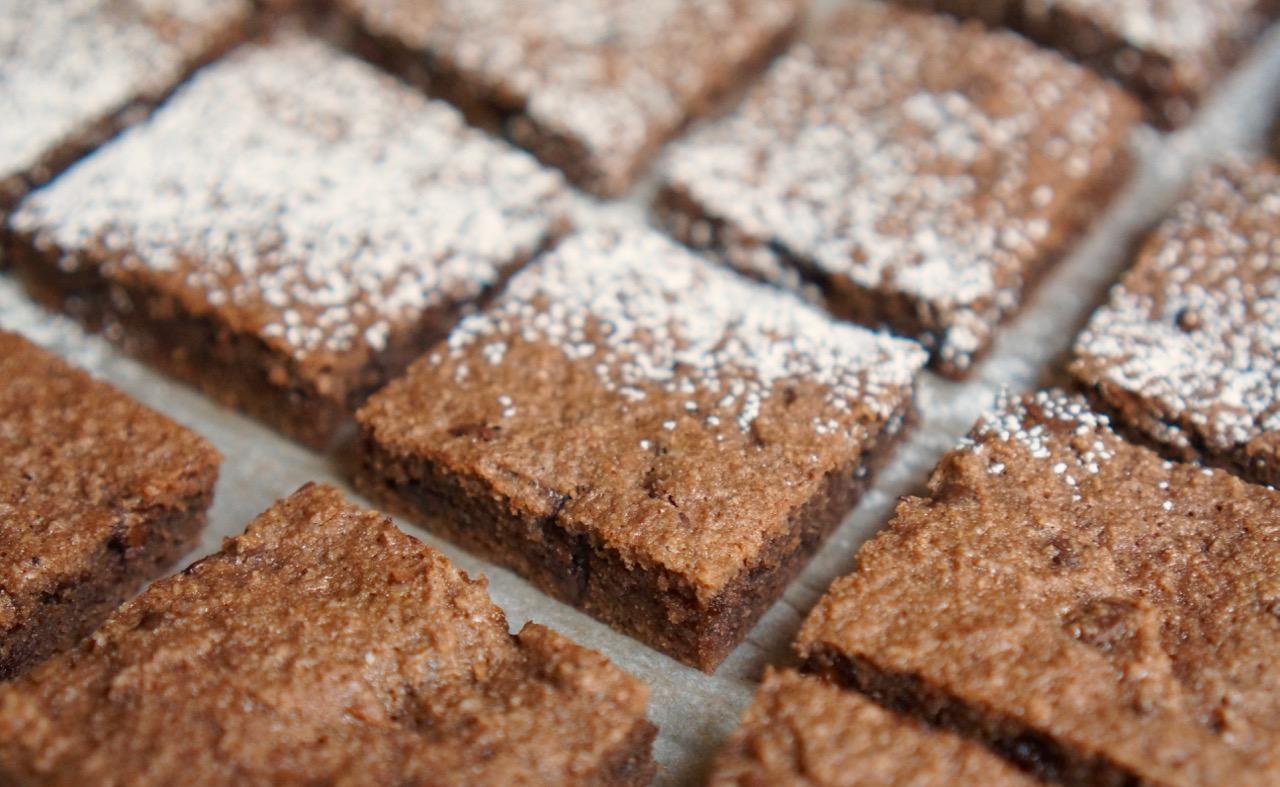 ריבועי שוקולד צ׳יפס מוכנים עם אבקת סוכר מעל. מתוך מתכון חיתוכיות שוקולד צ׳יפס ללא קמח בלוג גבישס