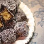 קוביות עוגה מצופות שוקולד וקוקוס