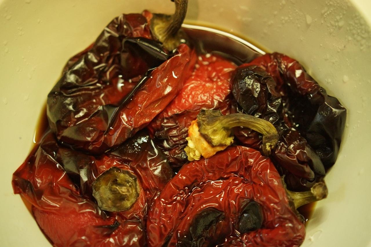 ממרח פלפלים צלויים, פלפלים צלויים בקערה - גבישס, בלוג האוכל של מירב גביש