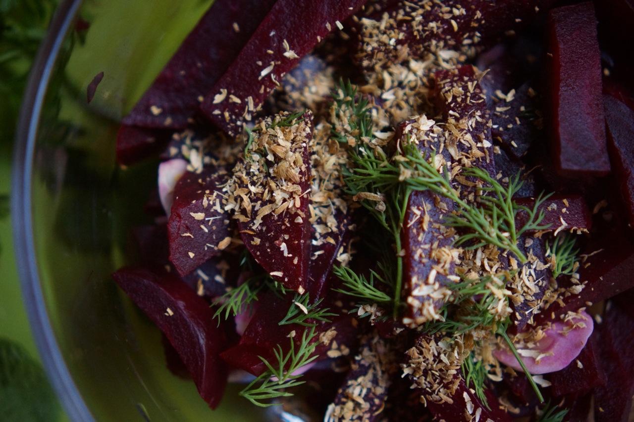 קערת סלט סלק עם שמיר וזרעי כוסברה, גבישס -בלוג האוכל של מירב גביש
