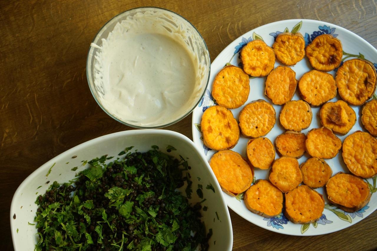 בטטות צלויות עם עדשים שחורות וטחינה, גבישס, בלוג האוכל של מירב גביש