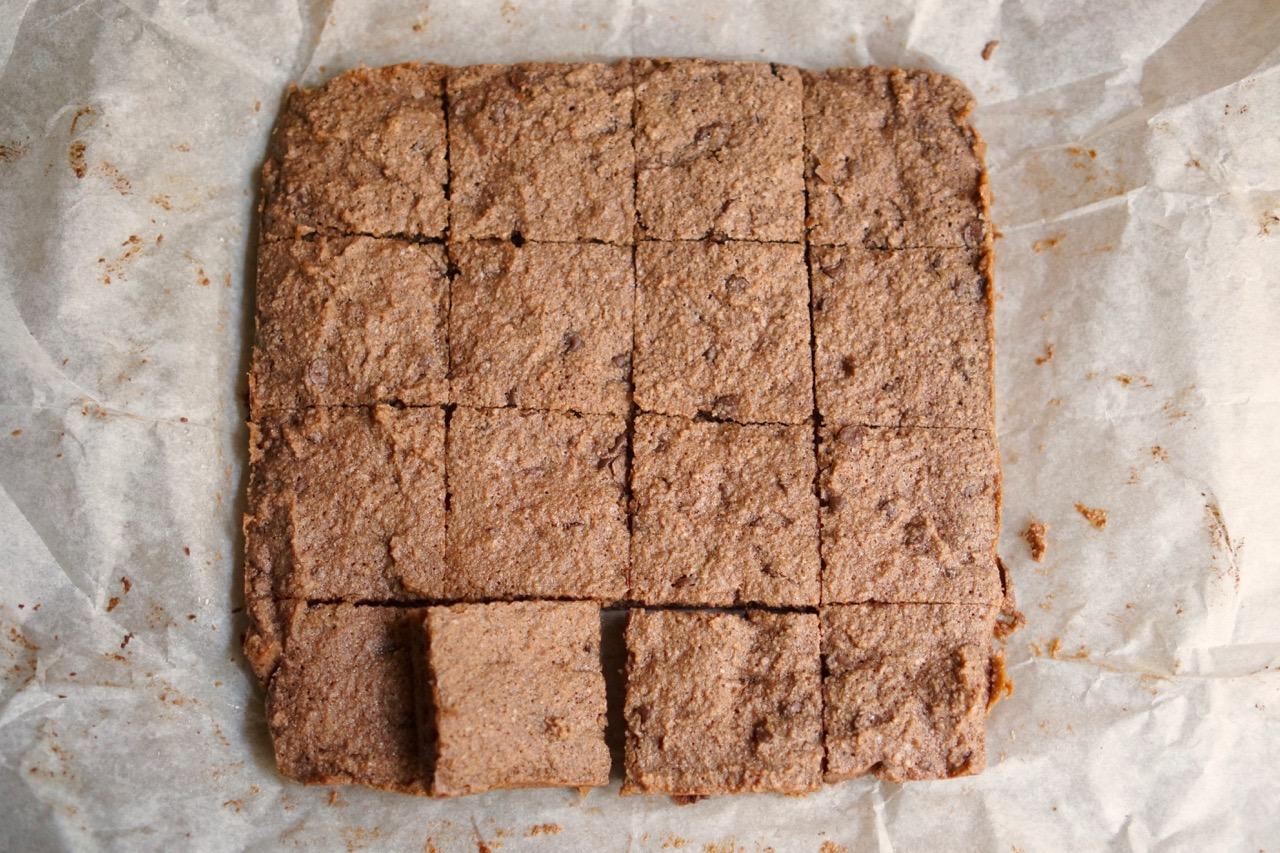16 ריבועים על נייר אפייה. מתוך מתכון חיתוכיות שוקולדצ׳יפס ללא קמח בלוג גבישס.