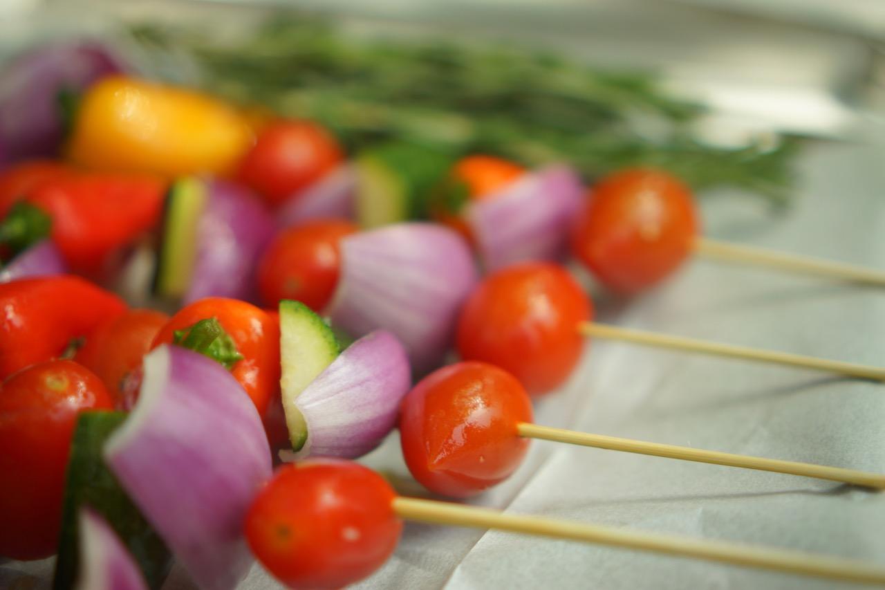שיפודי ירקות: עגבניות שרי, בצל סגול,זוקיני.