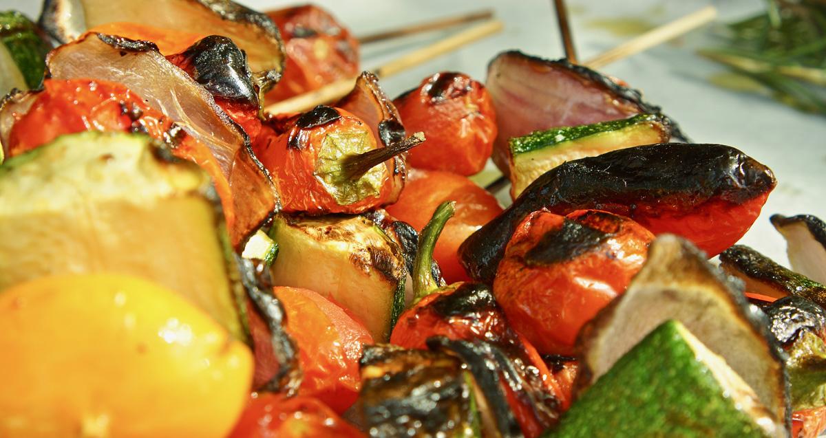 שיפודי ירקות צלויים: עגבניות שרי, בצל סגול,זוקיני.