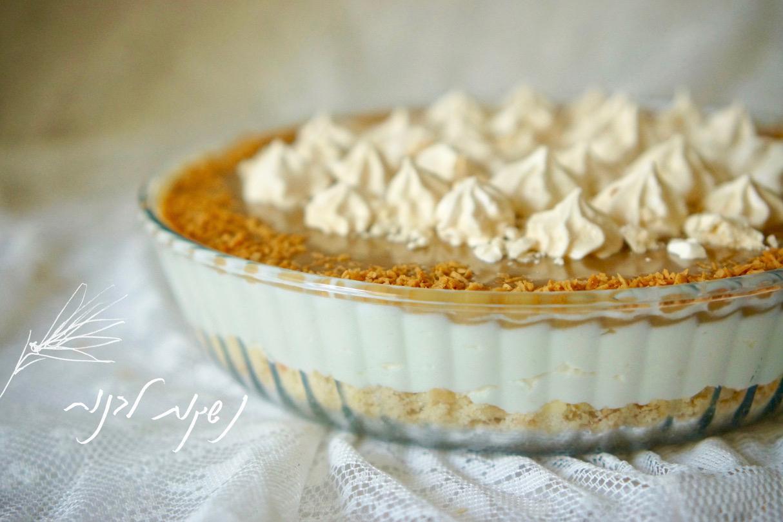 עוגת גבינה לוטוס בתבנית זכוכית עם קוקוס קלוי מעל ונשיקות קטנות