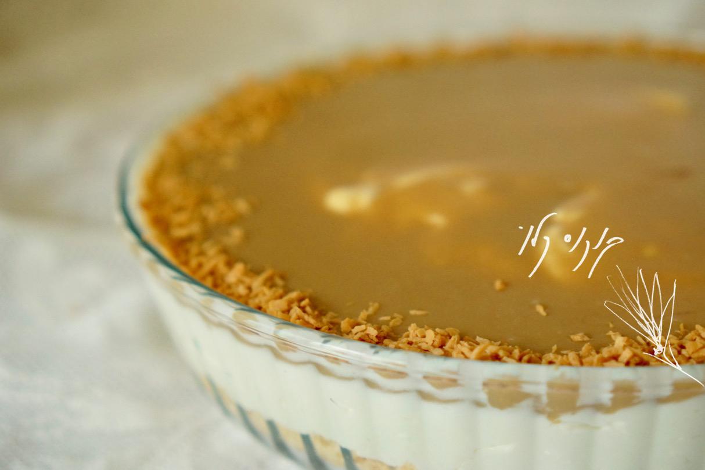 עוגת גבינה לוטוס בתבנית זכוכית עם קוקוס קלוי מעל