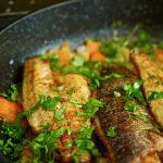 סיר דגים עם ירקות שורש בלימון