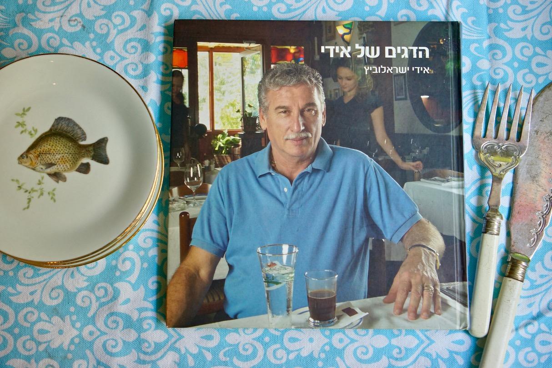 סיר דגים עם ירקות שורש. ספר הדגים ל אידי ישראלובץ על מפת שולחן.