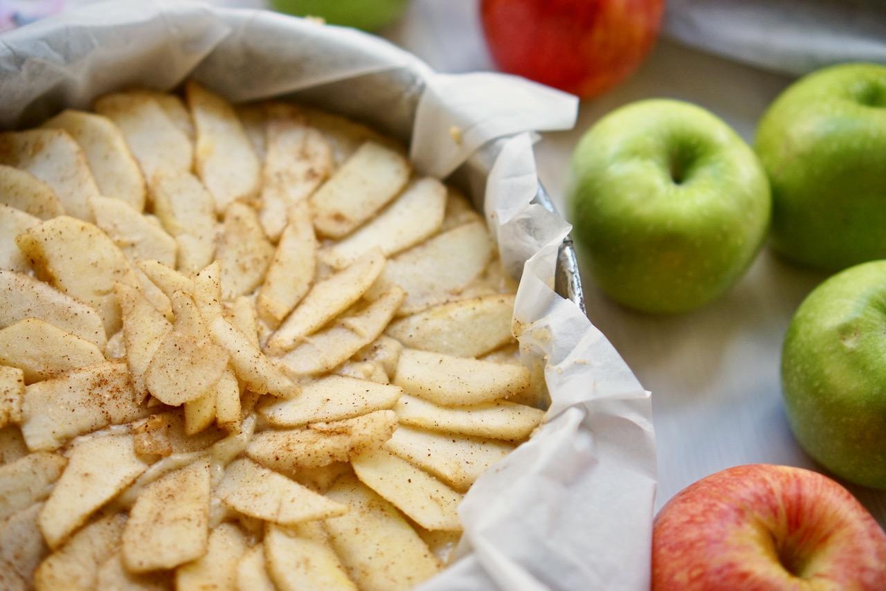 תערובת העוגה בתבנית. ומעל תפוחים. עוגת תפוחים בחושה בכל טוב, גבישס, בלוג האוכל של מירב גביש