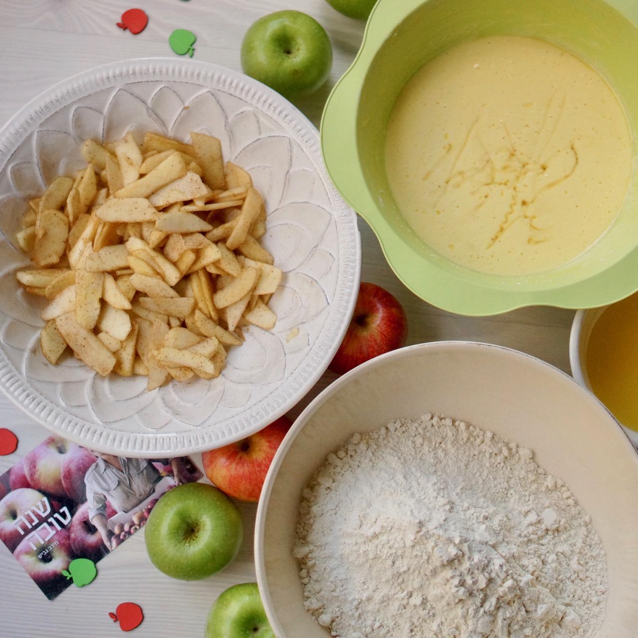 עוגת תפוחים בחושה בכל טוב,קערת יבשים, קערת נוזלים וקערת תפוחים מעורבבים עם קינמון וסוכר. גבישס, בלוג האוכל של מירב גביש