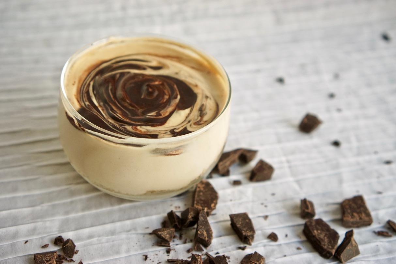 מוס קפה ופקאן בקערה אישית על צלחת זכוכית חומה