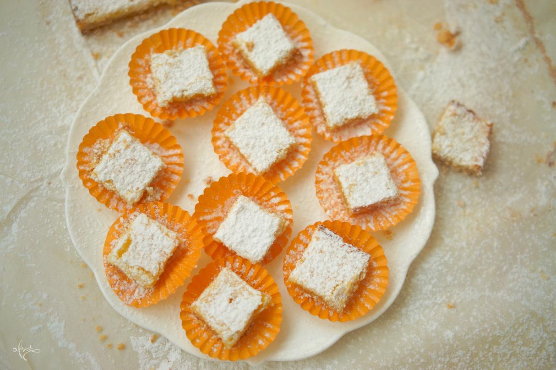 ריבועי תפוז חלומיים, ריבועי תפוז במנג׳טים כתומים מונחים על צלחת לבנה גדולה.