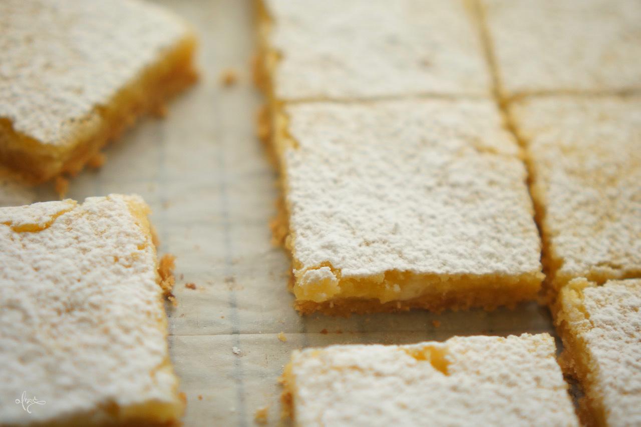 ריבועי תפוז חלומיים, ריבועים חתוכים על נייר אפייה עם אבקת סוכר מעל.