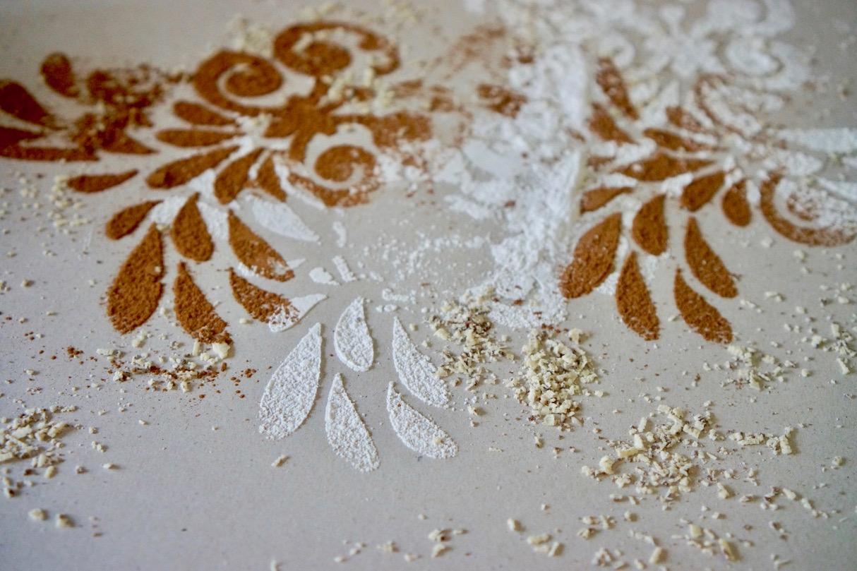 עיצוב שולחן עם שבלונת עלים. קקאו ואבקת סוכר.