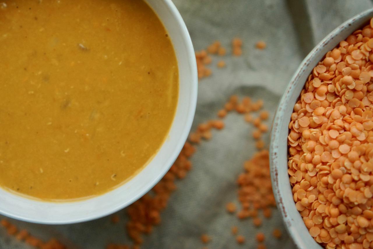 קערת מרק עדשים כתומות של אחיות, בלוג האוכל של גבישס.