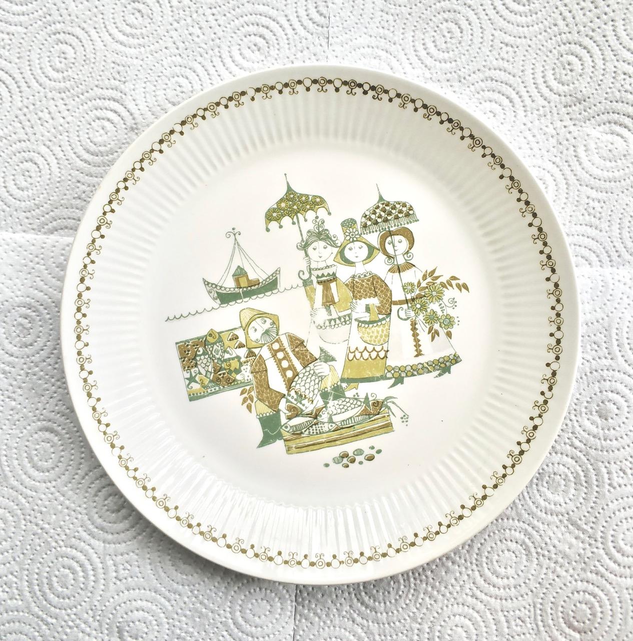 צלחת פורצלן, בעיצוב נורווגי, חברת figgio. צלחת לבנה עם איורים של שלוש נשים קונות דגים בשוק המקומי. גבישס, בלוג האוכל של מירב גביש.