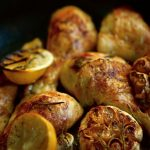 עוף צלוי עם לימון, שום ורוזמרין לאחר צליה. גבישס, בלוג האוכל של גמירב גבישס.