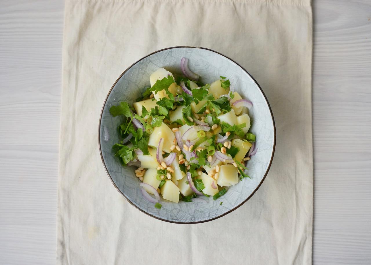 סלט תפוחי אדמה עם עשבים וצנוברים בקערה
