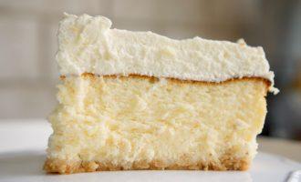 פרוסת עוגת גבינה גבוהה עם קצפת. מתכון לעוגת גבינה מושלמת לפסח. גבישס - בלוג האוכל של מירב גביש