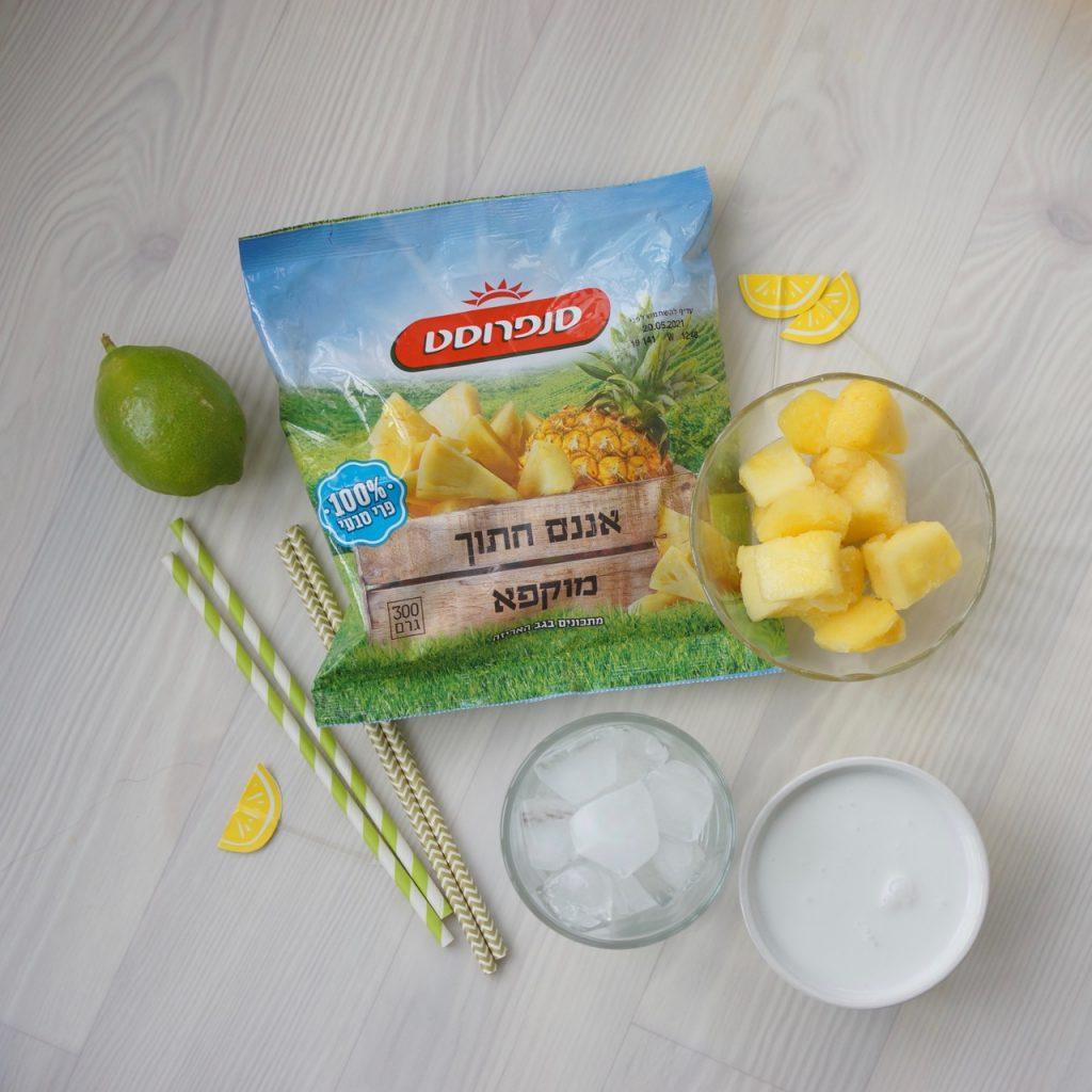 שייק פינה קולדה. כל המצרכים: אננס חתוך מוקפא, לימון, קרח, קרם קוקוס. גבישס, בלוג האוכל של מירב גביש.