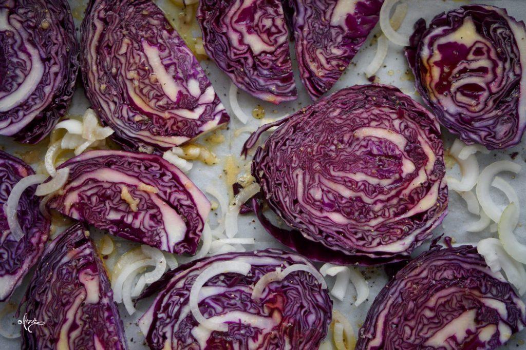 כרוב סגול צלוי, פרוסות כרוב מונחות על תבנית אפיה, גבישס, בלוג האוכל של מירב גביש.
