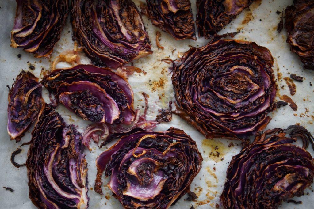 כרוב סגול צלוי, פרוסות כרוב לאחר צלייה, גבישס, בלוג האוכל של מירב גביש.