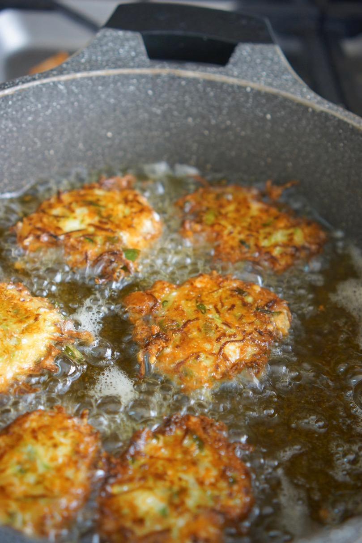 קציצות קישואים עם גבינה מטוגנות בסיר. גבישס בלוג האוכל של מירב גביש