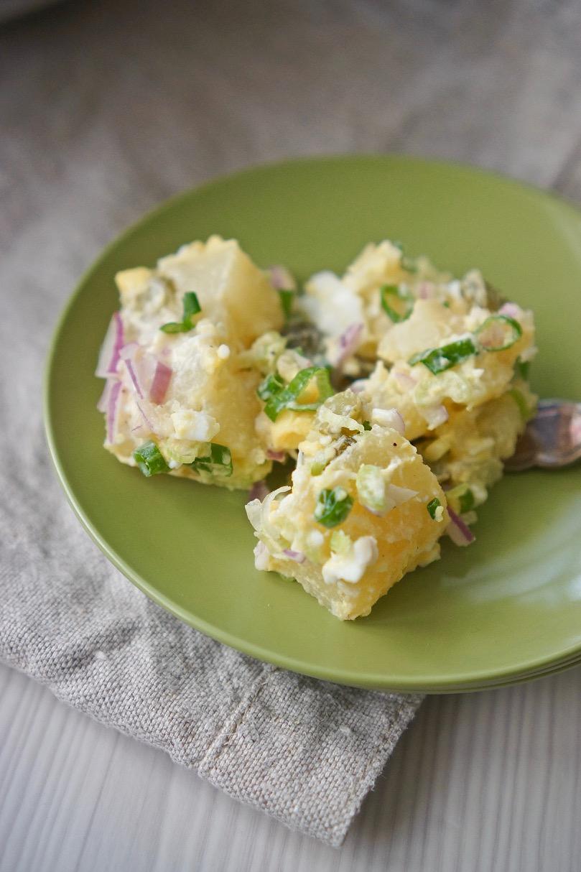 סלט תפוחי אדמה על צלחת ירוקה