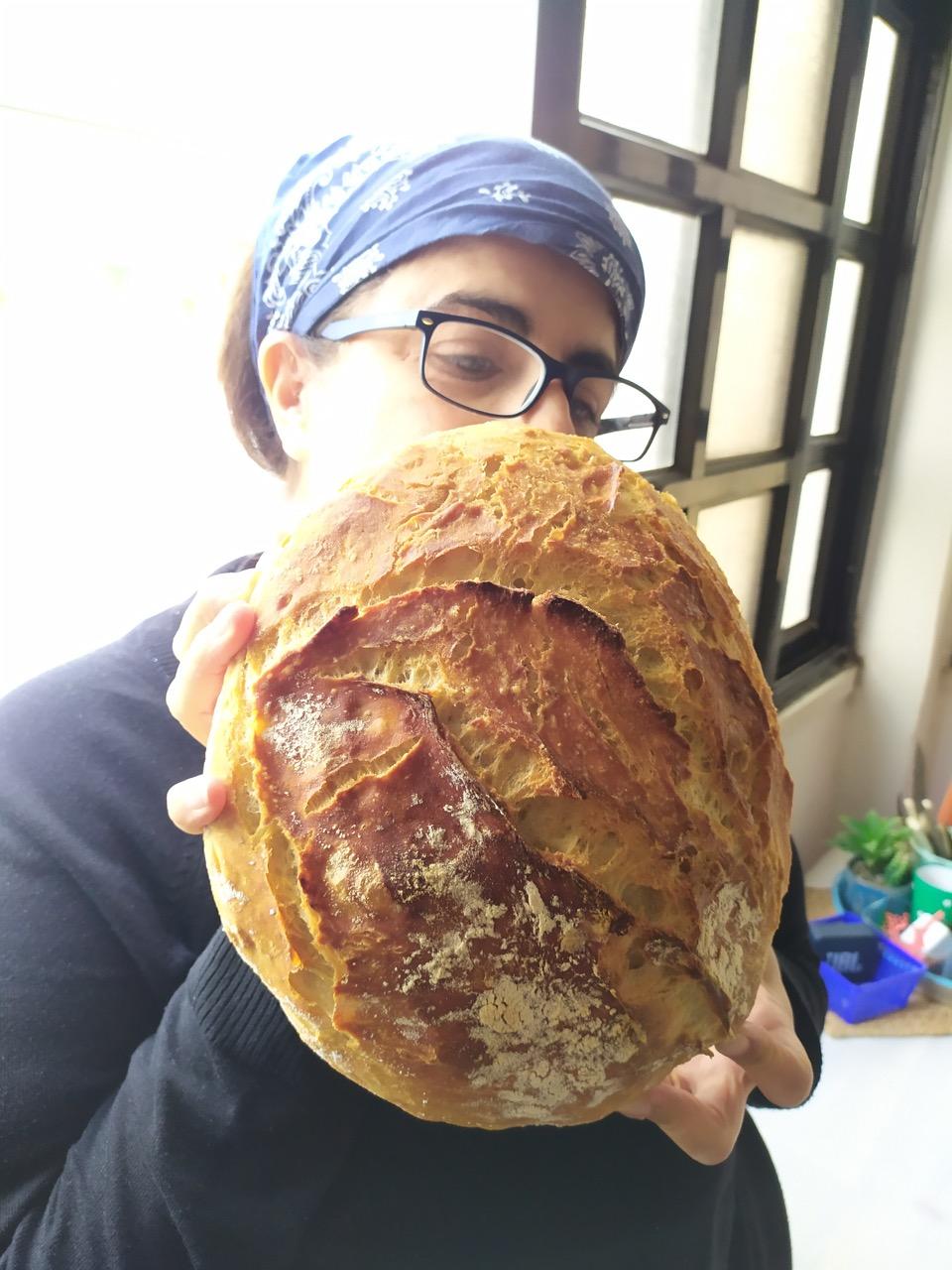 אני מחזיקה את הלחם
