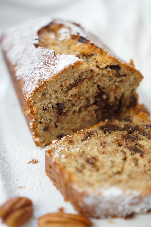 עוגת בננות ושוקולד מונחת על מגש מלבני. בלוג אוכל גבישס.