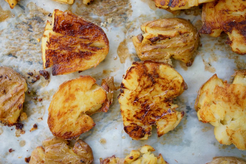 תפוחי אדמה צלויים על תבנית