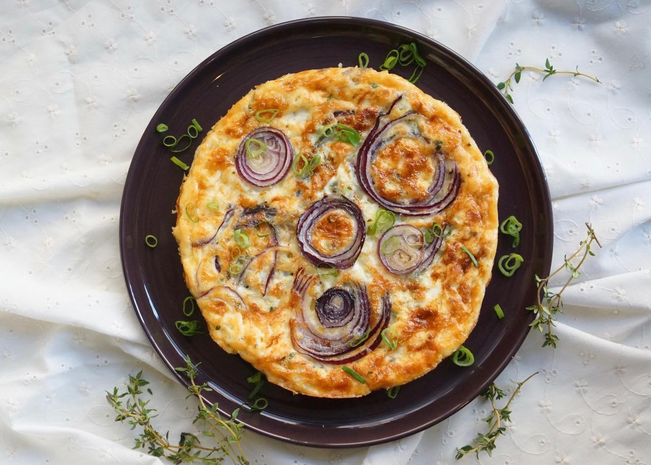 פריטטה בצל סגול, גבינת עיזים וטימין בצלחת