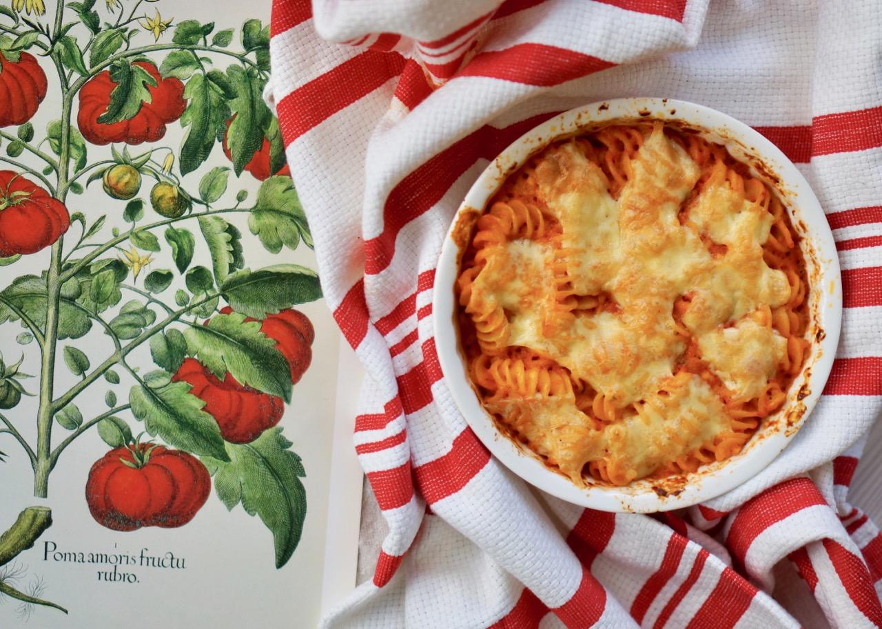 מאפה פסטה מושלם בתבנית אישית עגולה מונח על מגבת פסים אדום לבן עם תמונה של רישום עגבניות