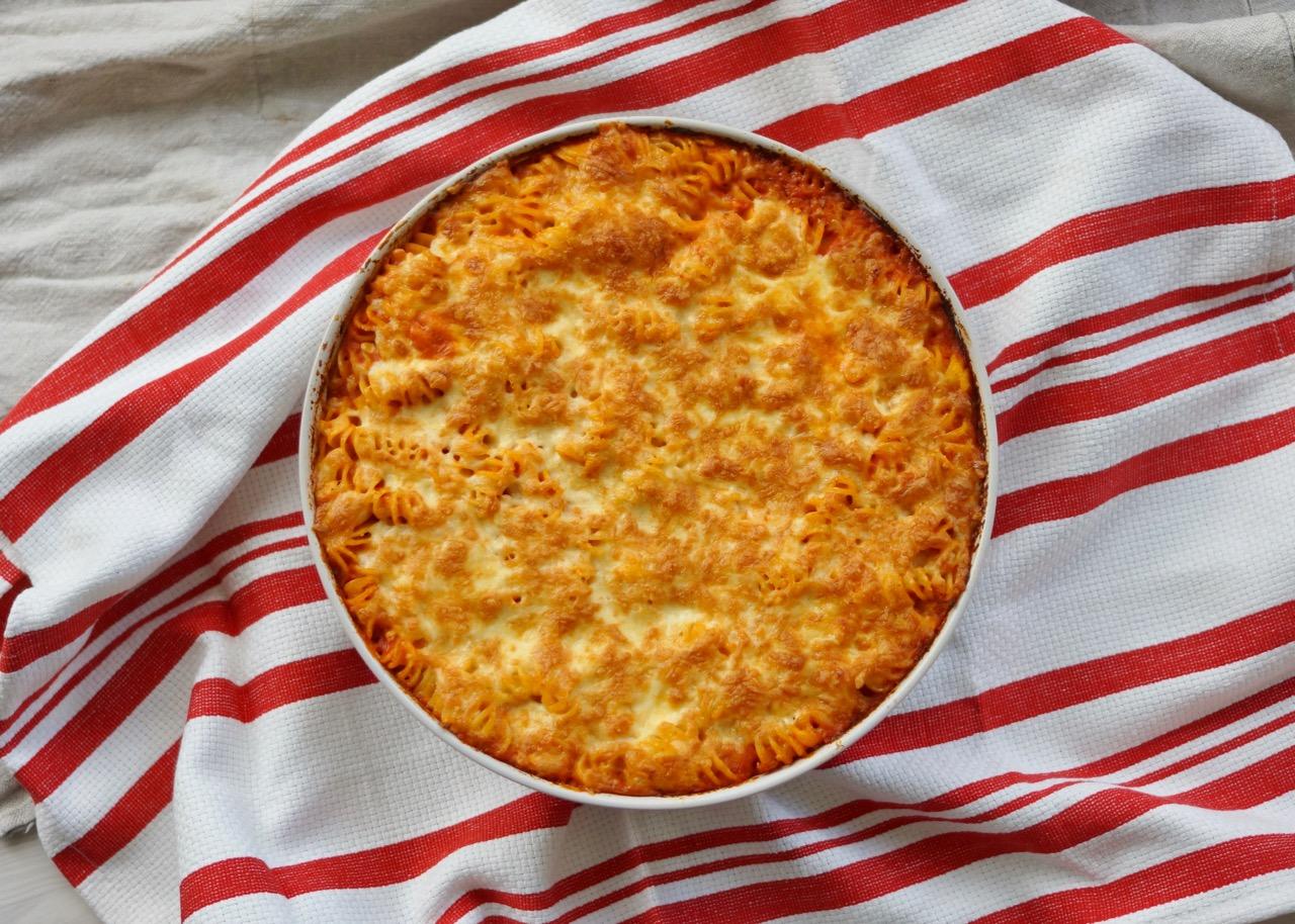 מאפה פסטה מושלם בתבנית עגולה מונח על מגבת פסים אדום לבן